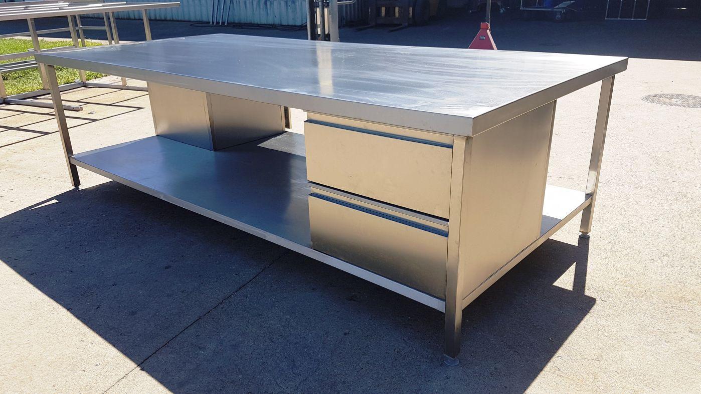 Wykonujemy stoły ze stali nierdzewnej. Konstrukcję stołów dopasowujemy pod  indywidualne oczekiwania Klienta tak jak wysokość, obciążenia punktowe itp.,